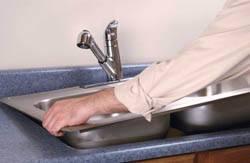 Сантехник в Осинниках. Услуги сантехника – установка раковины на кухне